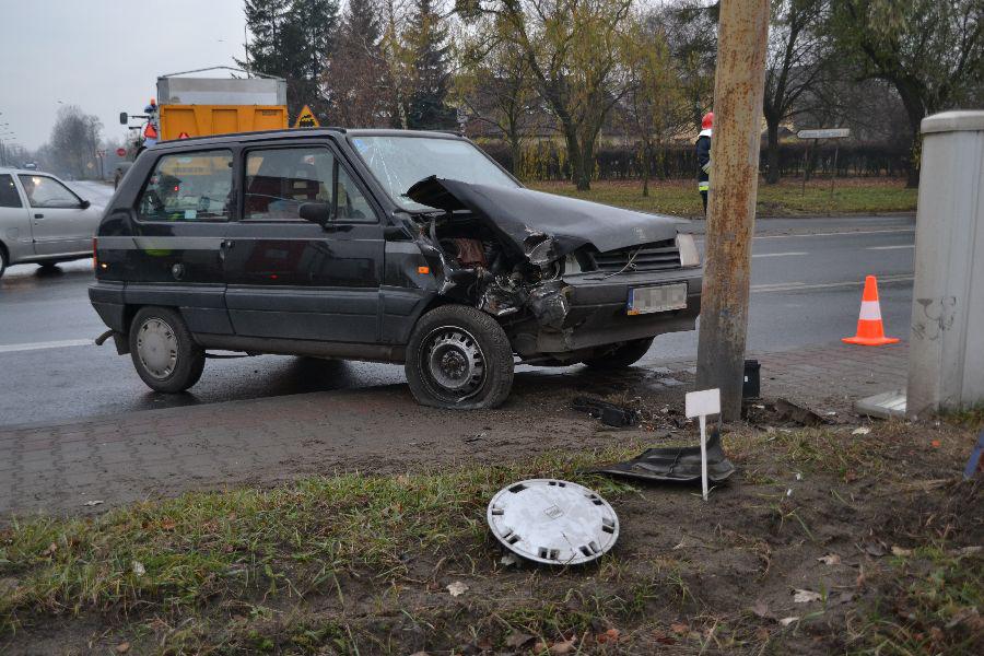 Gostyńska - samochód uderzył w lampe