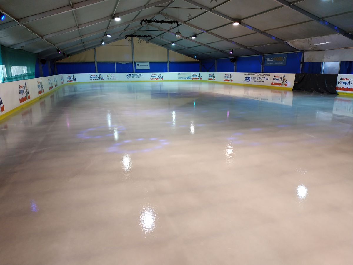 Przygotowania do otwarcia lodowiska